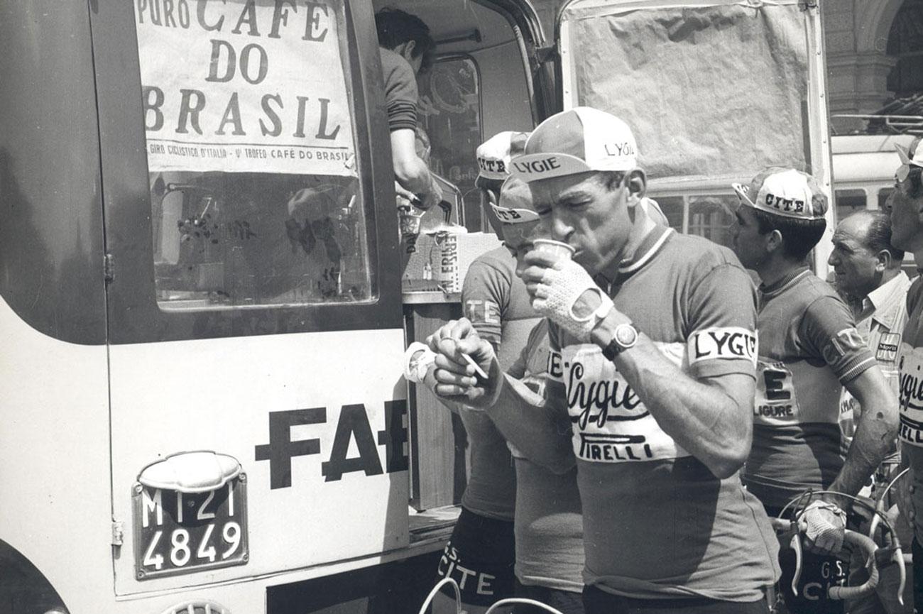 cicilista_beve_caffe